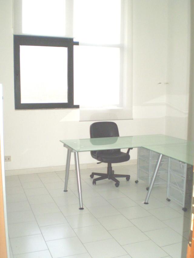 Affitto ufficio napoli arredato temporaneo appartamento for Uffici arredati