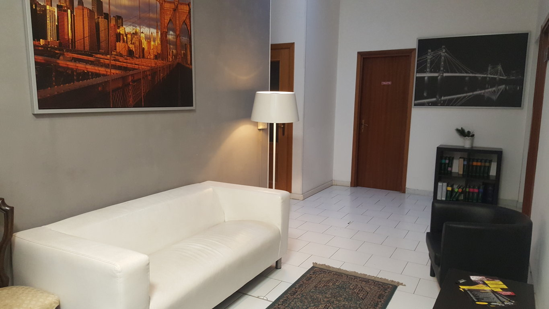 Napoli affitto ufficio arredato con parcheggio affitto for Design ufficio napoli