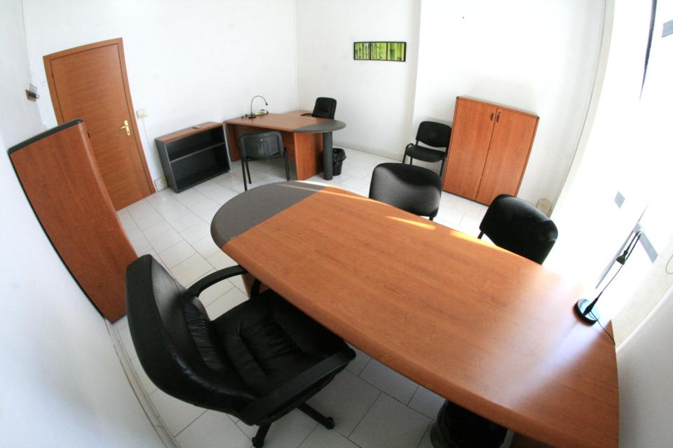 Napoli affitto ufficio arredato con parcheggio affitto for Ufficio arredato